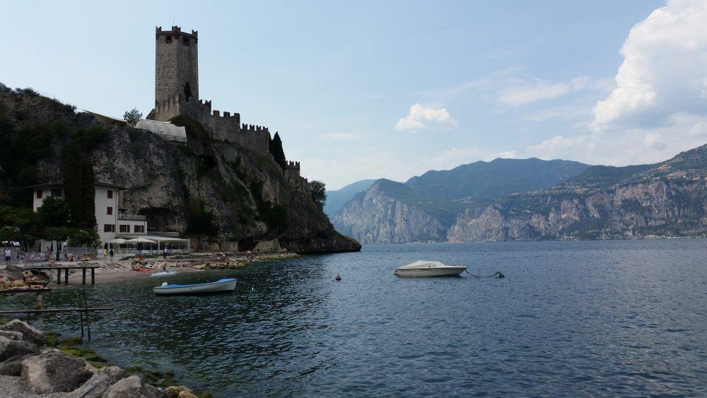 Blick vom Strand auf die Burg von Malcesine am Gardasee